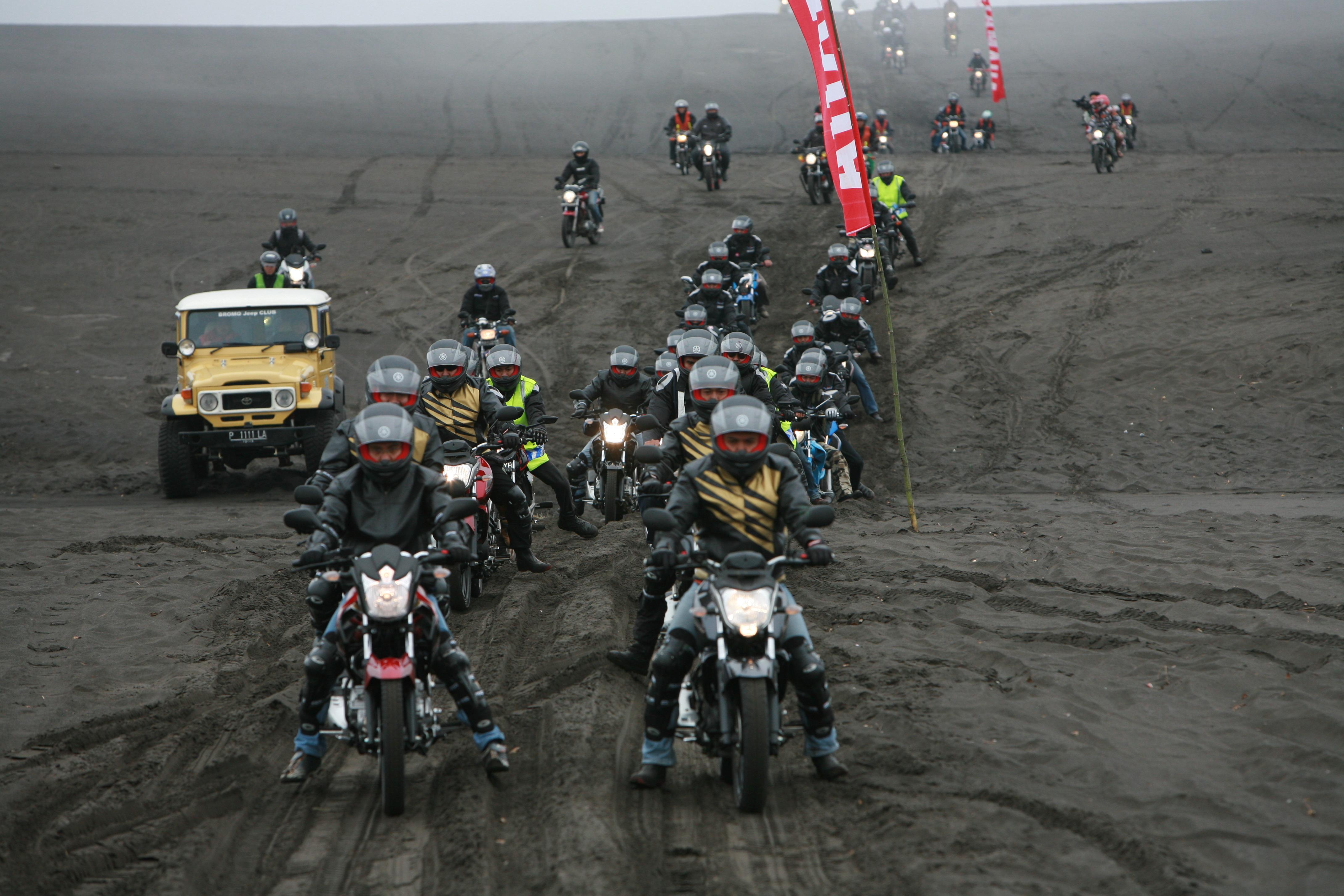 Rombongan bikers Yamaha saat melintas padang pasir. (foto:dok ymki)