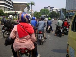 wanita pengguna jalan