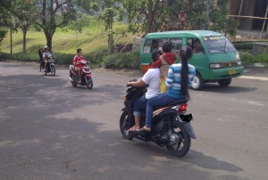 anak diapit tanpa helm