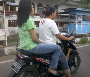 anak di motor lombok 1