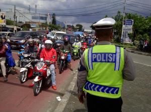 polisi mengatur lalin bandung