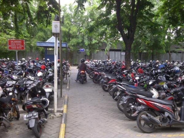 parkir motor pim 1