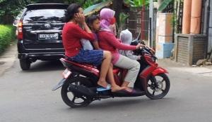 anak di motor berjubel