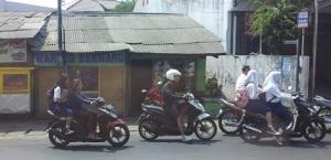 siswa jakarta naik motor