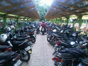 motor di parkiran kampus ui