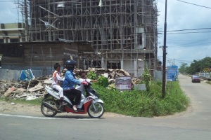 perempuan dan anak di motor