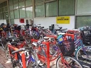 sepeda parkir di kampus its jatim