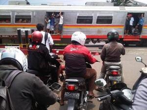 kereta api dan motor1