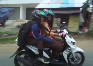 anak bermotor helm1