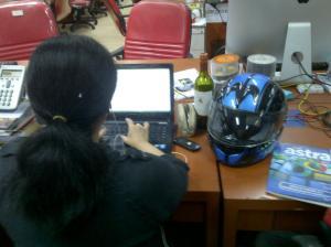 helm perempuan meja