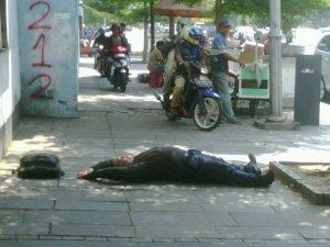 anthony tidur di trotoar