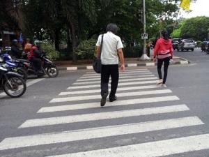 pedestrian-nyebrang-zebra-cross