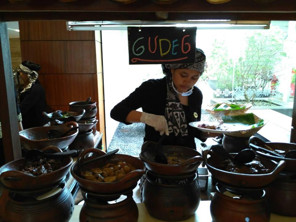 Menikmati Gudeg di Hotel dengan Patung Memesona | Edo ...