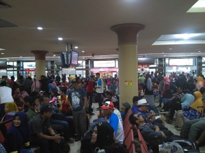 penumpang-bandara-yogya-numpuk3