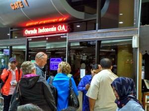 penumpang-protes-delay-garuda3