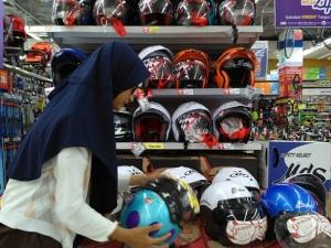 helm-dan-anak-di-toko3