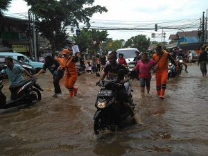 banjir-hek-2017-motor-jatuh1